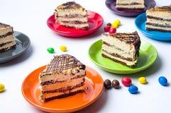 Karamellkuchenscheiben auf bunten Platten Stockfotografie