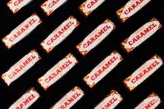 Karamelloblaten auf schwarzem Hintergrund Stockfoto