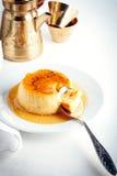 Karamellpudding auf einer Platte diente auf einer Tabelle lizenzfreies stockbild