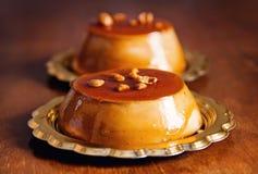 Karamellpudding-Nachtischnahaufnahme Stockfotos