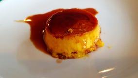 Karamellpudding, Obsttorte oder Karamellnachtisch stockfoto