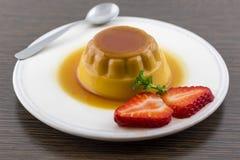 Karamellpudding-Vanillevanillepuddingnachtisch oder -Obsttorte auf weißem Teller mit Lizenzfreie Stockbilder