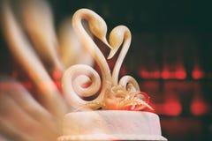 Karamellschwäne auf einer Hochzeitstorte Lizenzfreie Stockfotos