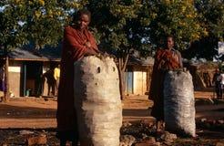 Karamojong byinvånare, Uganda royaltyfri bild