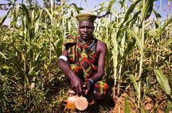 Karamojong man i Uganda royaltyfri bild