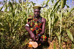 Karamojong-Mann in Uganda lizenzfreies stockbild