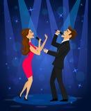 Karaoke élégant de chant de couples sur l'étape dans le club Photographie stock