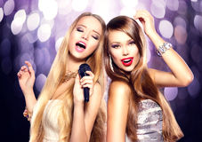 karaoke Κορίτσια ομορφιάς με ένα μικρόφωνο Στοκ Φωτογραφία