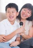 Karaoke asiatique de chant de famille Photographie stock libre de droits