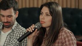 Karaoke bonito do canto da jovem mulher Foto de Stock Royalty Free