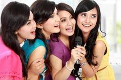 Karaoke de chant de femme ensemble Photos libres de droits
