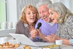 Karaoke de chant des personnes âgées Photo libre de droits