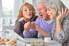 Karaoke de chant des personnes âgées Images stock
