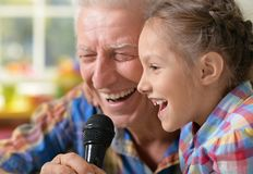karaoke de chant de grand-père et d'enfant Image stock