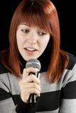 Karaoke del canto de la muchacha foto de archivo