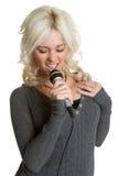 Karaoke del canto de la mujer foto de archivo