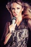 Karaoke del canto de la mujer imagen de archivo