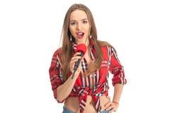 Karaoke del canto de la mujer con el micrófono Fotos de archivo libres de regalías