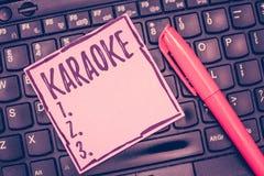 Karaoke des textes d'écriture de Word Le concept d'affaires pour le divertissement chantant le long de la musique instrumentale a images stock