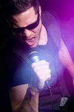 Karaoke di canto dell'uomo Fotografia Stock Libera da Diritti