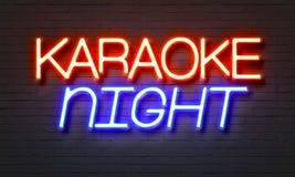 Karaoke nocy neonowy znak na ściana z cegieł tle zdjęcia stock