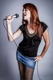 Karaoke Śpiewacka dziewczyna Zdjęcie Stock