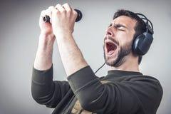 Karaoke que canta y que baila adelante fotos de archivo libres de regalías