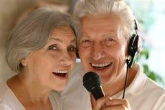 Karaoke supérieur de chant de couples Photos libres de droits