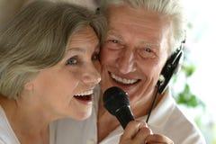 Karaoke supérieur de chant de couples Photo libre de droits