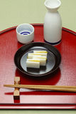 Karasumi daikon, bottarga萝卜,日本米酒的开胃菜 库存图片
