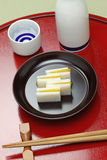 Karasumi daikon, bottarga萝卜,日本米酒的开胃菜 免版税图库摄影