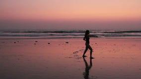 Karaté de pratique de femme non identifiée sur la plage banque de vidéos