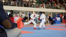Karaté - treinadores do juiz que olham a luta do karaté do ` s do adolescente Imagem de Stock Royalty Free