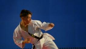 Karate λάκτισμα νεαρών άνδρων κατά τη διάρκεια της κατάρτισής του σε σε αργή κίνηση απόθεμα βίντεο