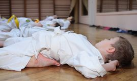 karate άσκησης αγοριών κάνει στοκ φωτογραφίες