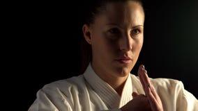 Karate άσκησης γυναικών φιλμ μικρού μήκους