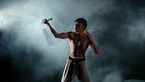 Karate άτομο με μια γυμνή άσκηση κορμών με απόθεμα βίντεο