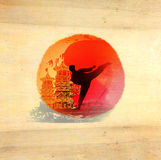 Karate άτομο - ξύλινο υπόβαθρο Στοκ Φωτογραφίες