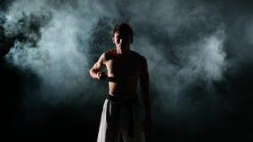 Karate ή taekwondo εκπαιδευτικό άτομο με έναν γυμνό απόθεμα βίντεο