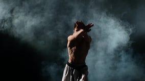 Karate ή taekwondo ο καπνός ατόμων κατάρτισης, κλείνει επάνω απόθεμα βίντεο