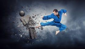 Karate αντίπαλος επίθεσης ατόμων Μικτά μέσα στοκ φωτογραφία με δικαίωμα ελεύθερης χρήσης