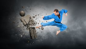 Karate αντίπαλος επίθεσης ατόμων Μικτά μέσα στοκ φωτογραφίες με δικαίωμα ελεύθερης χρήσης