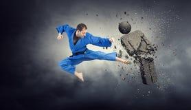 Karate αντίπαλος επίθεσης ατόμων Μικτά μέσα στοκ εικόνες