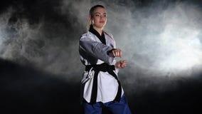 Karate απόδοση επίδειξης μαύρα απόθεμα βίντεο