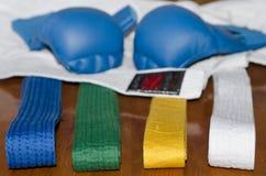 Karate γάντια, ζώνες και κιμονό Στοκ Φωτογραφία