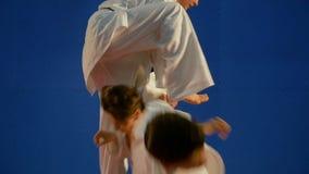 Karate επίθεσης ακολουθία με ένα θεαματικό άλμα προς τον αντίπαλο που εκτελείται από το νέο μαχητή στο dojo απόθεμα βίντεο