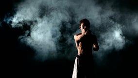 Karate κατάρτισης ατόμων ή kung fu στο Μαύρο απόθεμα βίντεο