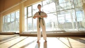 Karate κορίτσι λακτίσματος στους τεχνικούς πυροβολισμούς πρακτικής κιμονό απόθεμα βίντεο