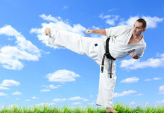 Karate κύριος στο κιμονό στο μπλε ουρανό Στοκ Φωτογραφίες