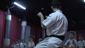 Karate λεωφορείο που λειτουργεί με τα παιδιά απόθεμα βίντεο